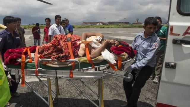 Nach dem Erdrutsch: Verletzter wird zu einem Helikopter gebracht