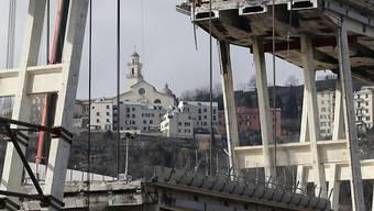 Am Samstag ist ein erstes Teilstück der eingestürzten Morandi-Brücke in Genua demontiert worden.
