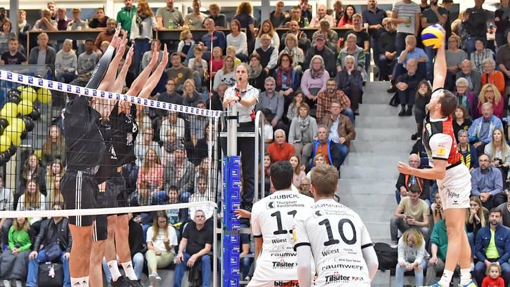 Zuletzt mussten die Herren von Volley Schönenwerd (l.) zurückstecken. Nun wollen sie wieder voll angreifen können.