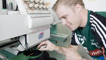 Wiler-Ersigens Schwede Olle Thorsell an der Strickmaschine im Werk 5.