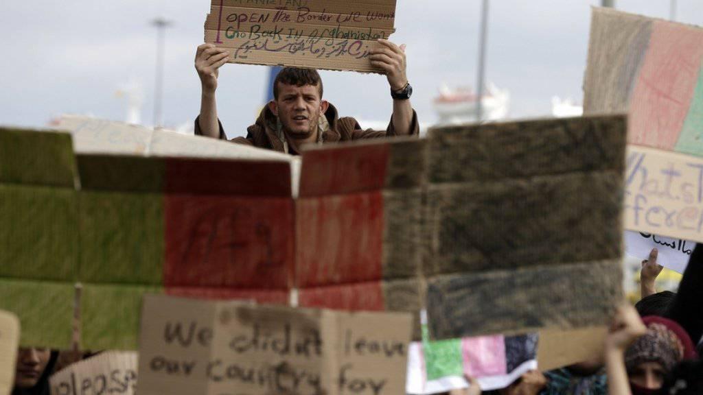Sie verlangen die Öffnung der Grenzen: Flüchtlinge in der griechischen Hafenstadt Piräus
