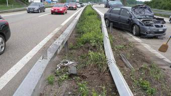 Bei Oensingen verlor der 25-jährige Autofahrer infolge einer Ablenkung die Kontrolle über sein Fahrzeug und kollidierte dann mit der Mittelleitplanke. Dabei wurde sein Auto stark beschädigt.