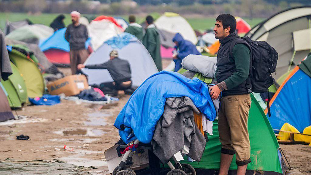 Wegen schlechten Bedingungen haben in der Nacht auf Freitag rund 200 Personen das Aufnahmelager in Idomeni verlassen. Bereits am Donnerstag sind 600 Personen abgereist; 12'500 Menschen harren noch immer im Aufnahmelager aus.