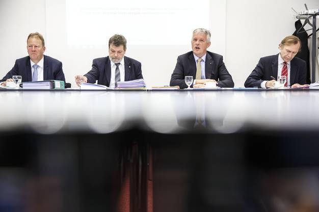 Vor den Medien (v. l.): Oskar Ackermann (Leiter juristische Personen im Steueramt), Finanzdirektor Roland Heim, Marcel Gehrig     (Chef der Steuerverwaltung), Andreas Bühlmann (Chef des Finanzamtes).