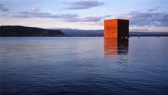 Der Monolith auf dem Murtensee. Key