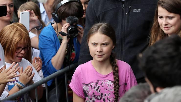 """Die schwedische Umweltaktivistin Greta Thunberg (Bildmitte) hat im nordfranzösischen Caen am Sonntag den """"Prix Liberté"""" entgegengenommen. Das Preisgeld von 25'00 Euro will die junge Schwedin laut Medienberichten vier Umweltorganisationen zukommen lassen. (Archivbild)"""