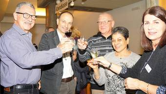 Gemeindepräsident Marco Genoni (2. von links) und Vizepräsidentin Carmen Suter-Frey (rechts aussen) stossen mit der Bevölkerung auf die Zukunft an.