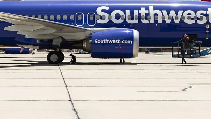Der Flugzeughersteller Boeing muss weitere Maschinen nachrüsten, nachdem es im Jahr 2018 bei der Fluggesellschaft Southwest zu einem Unfall gekommen war. (Symbolbild)
