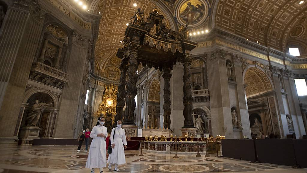 dpatopbilder - Ordensschwestern von Santa Elisabetta besuchen den Petersdom, der nach rund zweieinhalb Monaten Lockdown wieder öffnen durfte. Foto: Alessandra Tarantino/AP/dpa