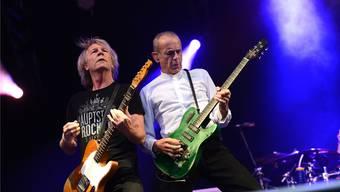 Die Rock-Legenden von Status Quo, Rick Parfitt (links) und Francis Rossi, spielen auf ihren abgegriffenen Gitarren, als ob es kein Morgen gäbe.