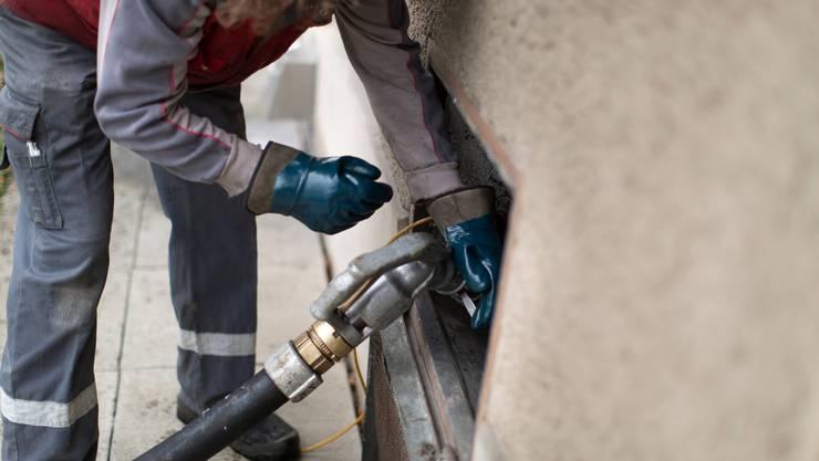 Der Ölpreis ist zurzeit so tief wie seit 2002 nicht mehr. Nun kaufen viele Hausbesitzer Heizöl ein.