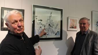 Toni Bieli (links) und Roland Hofmann sprechen über ein Bild.