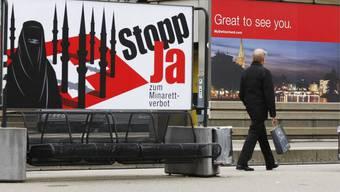 Gesetzeslücke: Für kurze Zeit hingen in Basels Parkhäusern die verbotenen Anti-Minarett-Plakate. Dies war möglich, weil die Parkhäuser nicht Allmend sind, obwohl sie von der Stadt selbst betrieben werden. (Andreas Frossard)