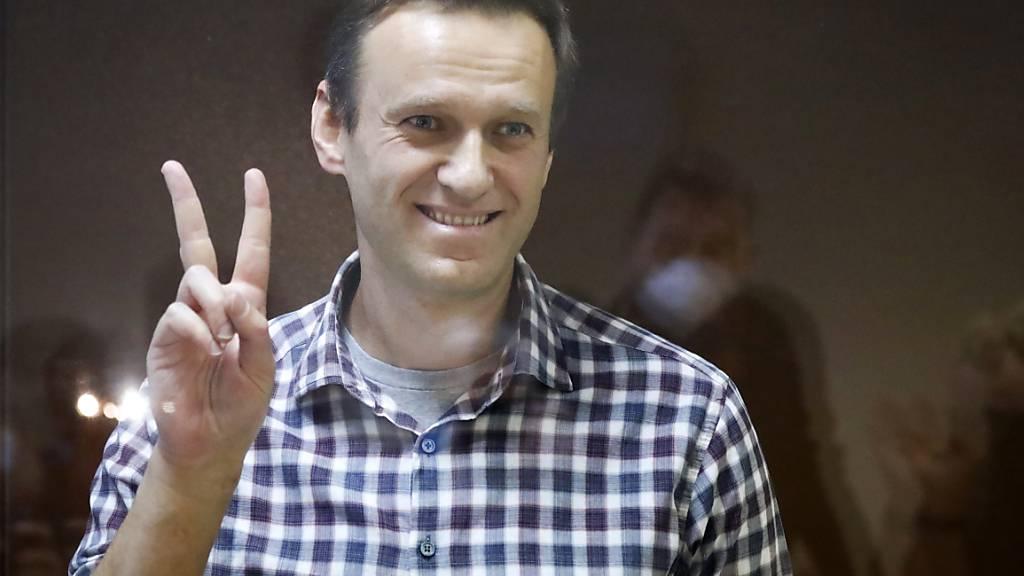 ARCHIV - Oppositionsführer Alexej Nawalny steht in einem Käfig im Babuskinsky Bezirksgericht. (zu dpa «Erinnerung an Nemzow-Mord vor sechs Jahren und Ehrung für Nawalny») Foto: Alexander Zemlianichenko/AP/dpa