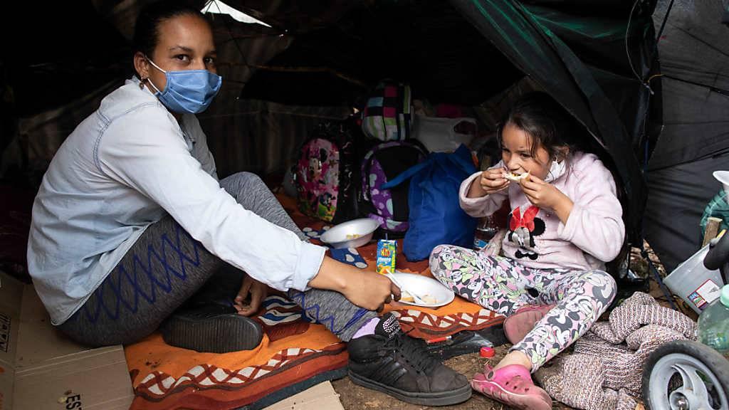 ARCHIV - Hunderte Venezolaner hausen inmitten der Corona-Pandemie in einem Camp vor dem Busterminal im Norden der kolumbianischen Hauptstadt. Foto: Keoma Zec/Zuma Press/dpa