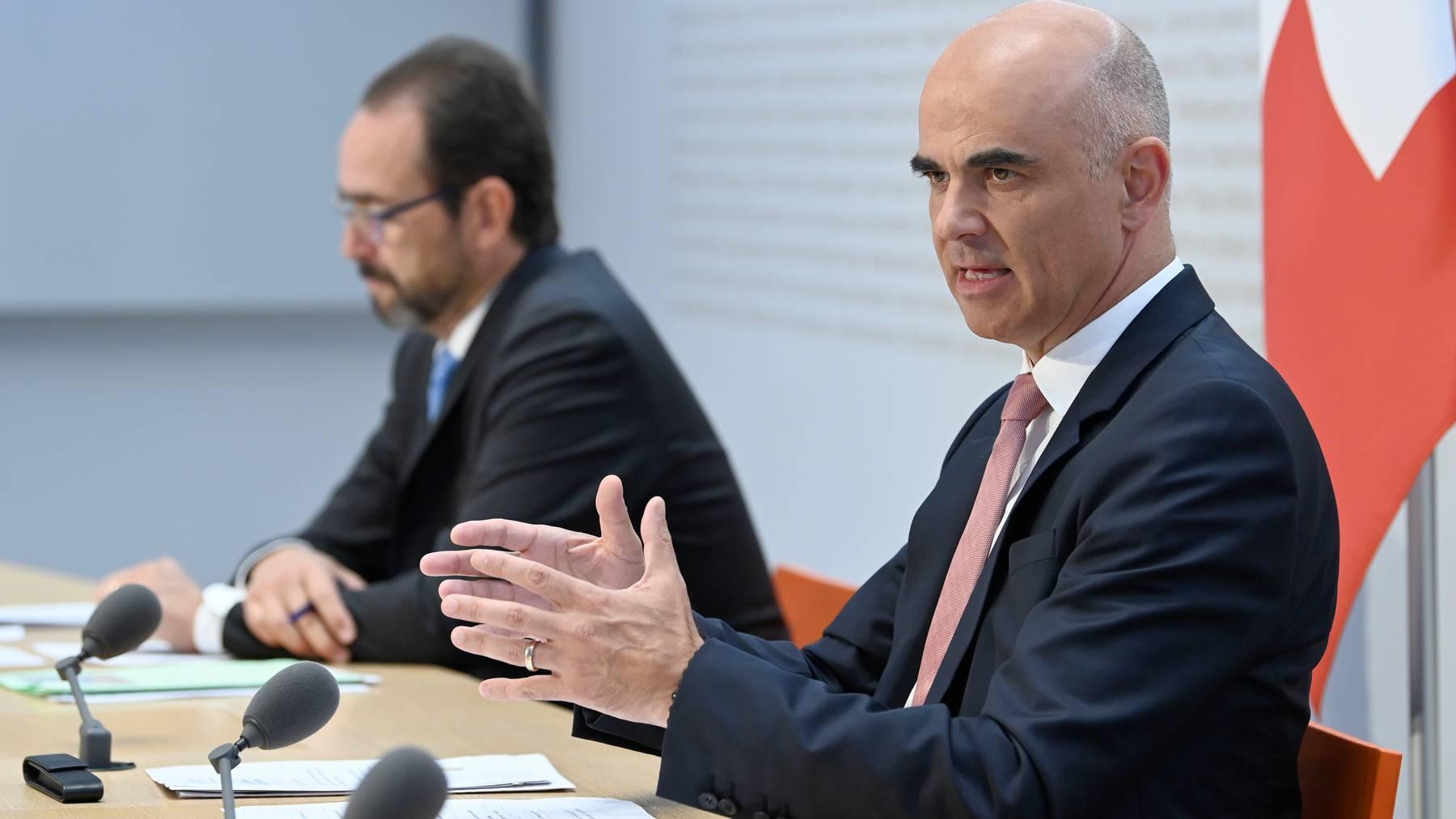 Bundesrat Alain Berset (r.) und BAG-Direktor Pascal Strupler (l.) informierten die Medien am Dienstag über die Krankenkassenprämien 2021.