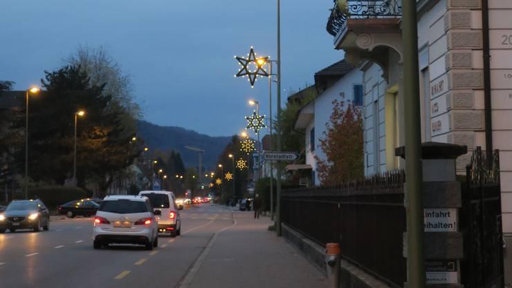 Zur 2015 eingeweihten Dietiker Weihnachtsbeleuchtung im Zentrum kommen neu 21 Sterne an der Badenerstrasse hinzu. fdu