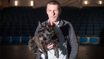 Marcel Egloff mit Sira, Hauswart, Bühnentechniker im Kurtheater, stellte sich für einmal selber ins rechte Licht. Mario Heller