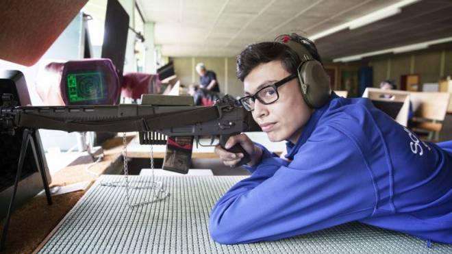 Mit einem Sturmgewehr 90 der Armee: Der 16-jährige Bruno Fackler am Eidgenössischen Feldschiessen. Foto: Tanja Demarmels