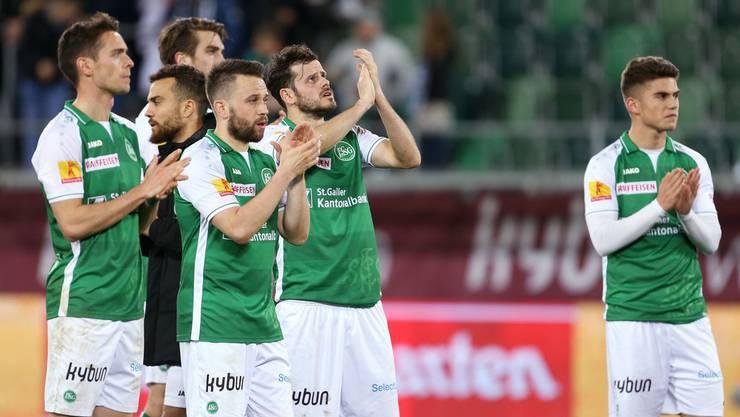Tranquillo Barnetta (Mitte) hält viel von Andreas Wittwer (4.v.l.), der in St.Gallen keinen neuen Vertrag mehr erhält.