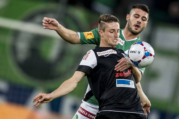 Stephan Andrist kämpft mit St. Gallens Janjatovic um den Ball.