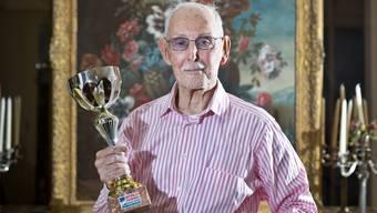 Charles Eugster mit einem seiner vielen Pokale.