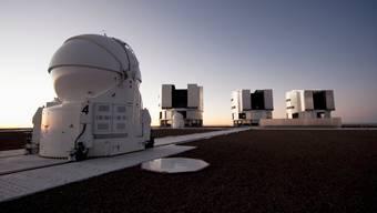 Mit dem Vierfach-Teleskop in der Wüste von Chile können schwarze Löcher indirekt beobachtet werden.