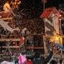 Mit Feuer, Lämpchen und allerlei schrillen Ideen machen die Hägglinger die Nacht zum Tag an ihrem Nachtumzug.