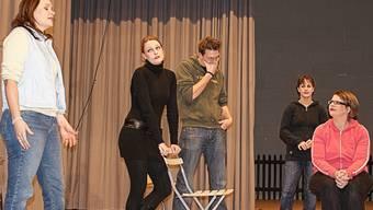 Die Theatergruppe Oberamt stellt sich dem Irrsinn in 3 Akten, geschrieben von Rick Abbot. (Bild: zvg.)