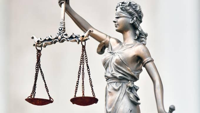 """Justiz Justizia Wahrheit Urteil Gericht Rechtssprechung Themenbild - Kleine Statue vor einer """"Pseudo""""-Rechtsberatungsstelle in Olten"""