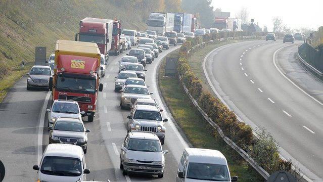 Zwischen Aarau-Ost und Lenzburg ist in Richtung Zürich der linke Fahrstreifen blockiert. Grudn dafür ist ein Unfall. (Symbolbild)