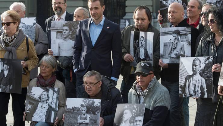 Opfer von fürsorgerischen Zwangsmassnahmen bei der Einreichung der Wiedergutmachungs-Initiative im März 2014.