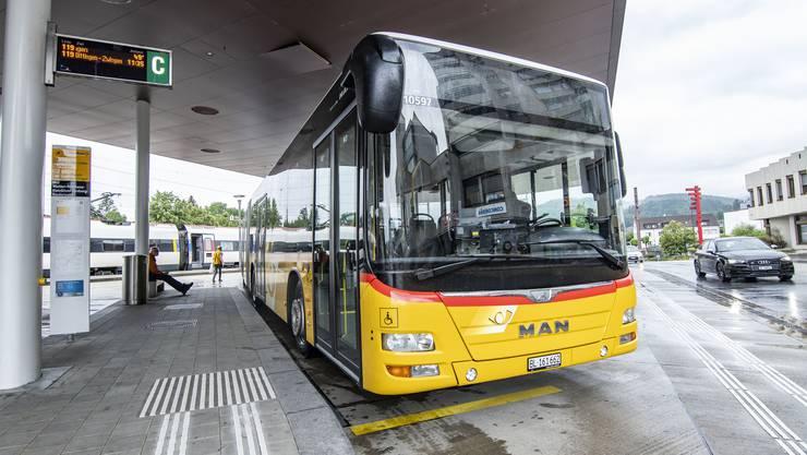 Im Laufental (hier ein Bus am Bahnhof Laufen) ist die Arbeitsbelastung von Postauto-Chauffeuren hoch. Einige Fahrer sitzen zwölf Tage nacheinander im Bus.