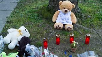 Am Tatort im Gotthelfquartier werden nach der Bluttat Blumen niedergelegt.