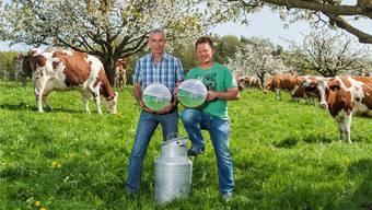Paul Frey (l.) und Arno Wernle mit ihrem Fricktaler Gourmetkäse, der neu blühende Kirschbäume auf der Etikette zeigt.