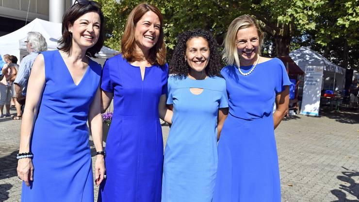Blau ist Trumpf mit Nationalraetin Regine Sauter, Petra Goessi, Praesidentin der FDP, Staatsschreiberin Vicenza Trivigno und Nationalratskandidatin Suzanne Marclay-Merz, Stadtraetin in Aarau, vlnr, am Tag der FDP in der Schachenhalle in Aarau.