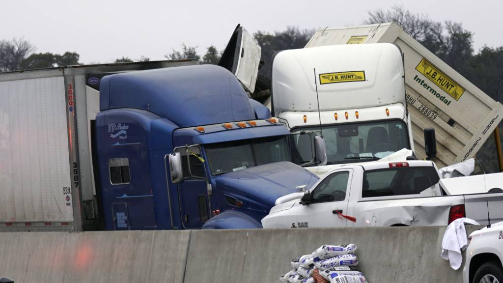 Fahrzeuge stapeln sich nach einem Unfall auf der Interstate 35 in der Nähe von Fort Worth (Texas). Foto: Lawrence Jenkins/The Dallas Morning /AP/dpa