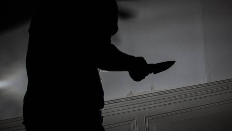 Ein 20-Jähriger wurde von zwei Unbekannten mit einer Stichwaffe überfallen. (Symbolbild)