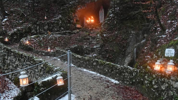 An den Advents-Sonntagen wird die Lourdes-Grotte in Laupersdorf und der Weg dorthin beleuchtet. Ebenso an Heilig Abend und an Weihnachten.