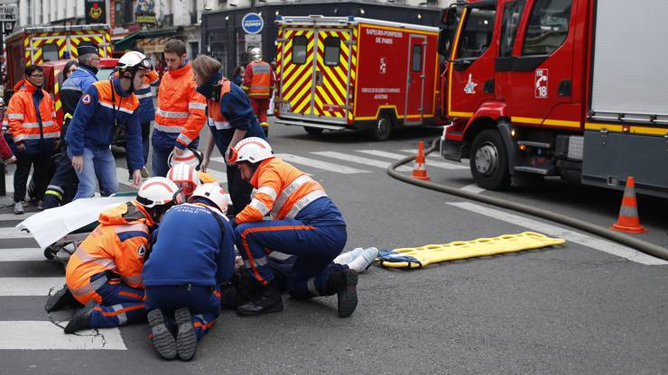Erste Hilfe nach der Explosion.
