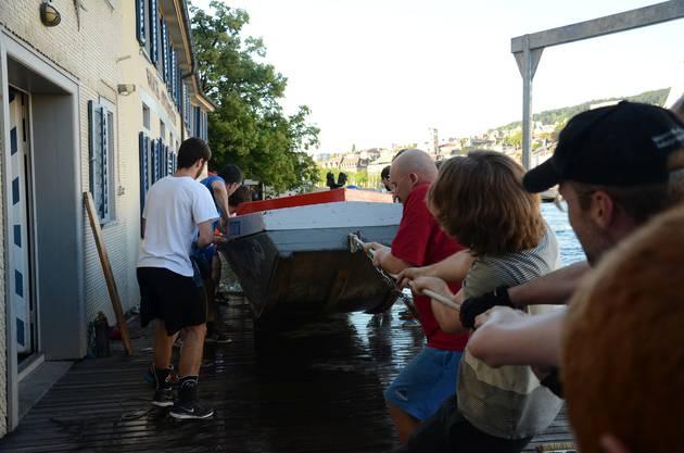 Für den erfahrenen Wasserfahrer und Medienbeauftragten René Schraner muss ein Podest hinten auf die Turicum gebaut werden.