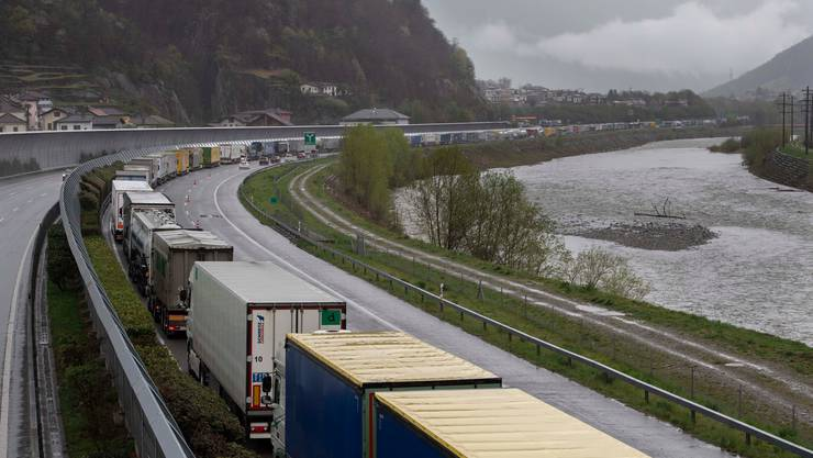 Die Schwerverkehrsabgabe für ältere Lastwagen wird wohl noch nicht auf den 1. Januar 2021 erhöht. (Symbolbild)