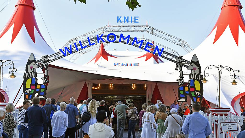 Einlass gab es wegen der Corona-Pandemie nur für Geimpfte, Genesene oder Getestete: Premiere des Circus Knie in Rapperswil SG am Donnerstagabend.