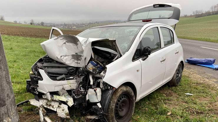 Am Auto entstand Totalschaden, der Fahrer wurde schwer verletzt.
