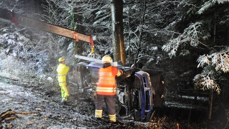 Das Fahrzeug auf der Seite liegend an einem Baum zum Stillstand.