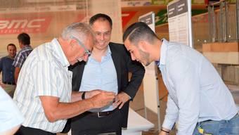 Ernst Thomke (links) und Michael Benker beim Fachsimpeln mit einem Absolventen der HFTM.