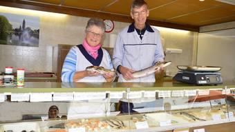 Verena und Ulrich Hostettler in ihrem mobilen Fischverkaufswagen.