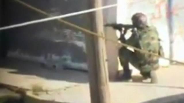 Ein Soldat bringt sich in Homs in Stellung (Archiv)