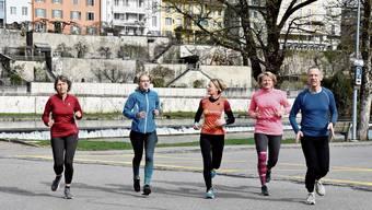 Die Läuferinnen und Läufer des Lauftreffs Wohlen lassen sich die Freude am Sport nicht nehmen und absolvieren die Strecke.
