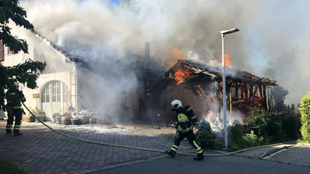 Die Flammen griffen vom Fahrzeugunterstand auf die Villa in Salvenach FR über.